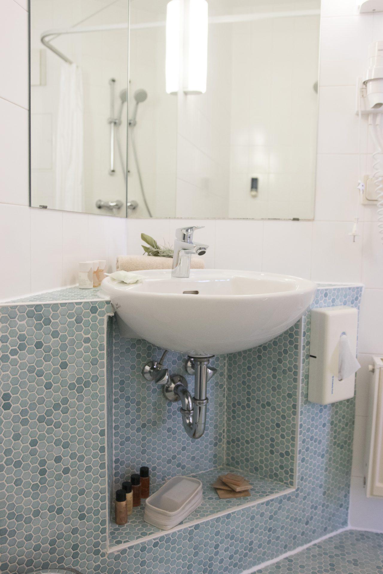 Mit Dusche, WC, Föhn und kleinen Servicepacks bestens ausgestattet - die Bäder im Kräuterberg'l
