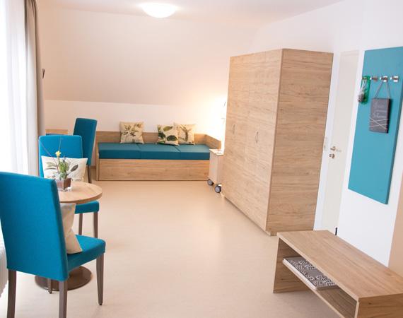 Ein Boxspingsofa für zwei Personen im Familienzimmer bietet auch den jungen Gästen des Landhotels höchsten Schlafkomfort