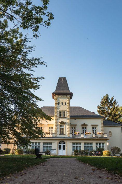 Malerisch im Kurpark gelegen – das Herrenhaus, heutiges Rathaus von Kreischa mit Standesamt