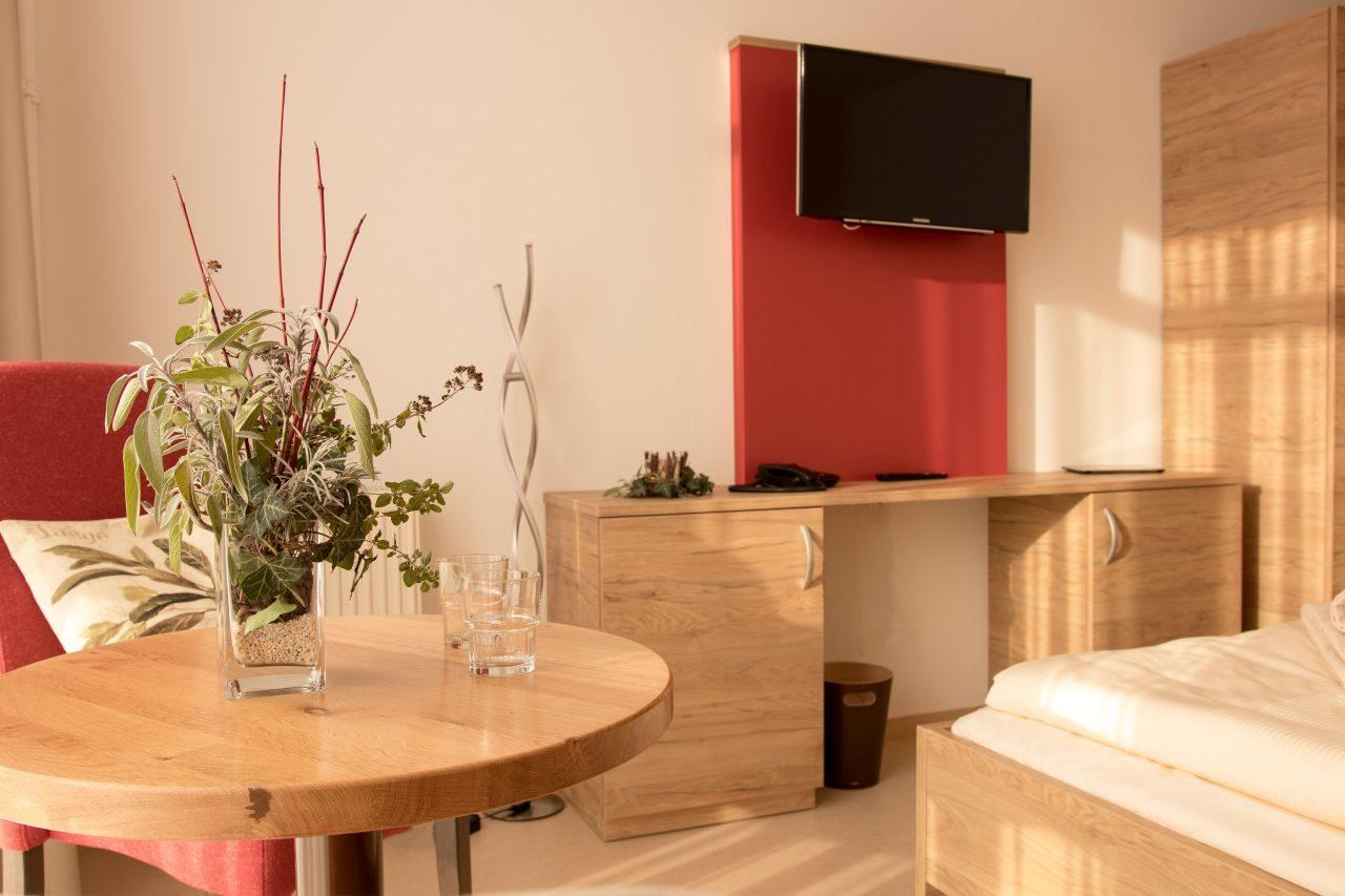 Hoher Komfort für die Gäste der weinroten Kräuter-Zimmer