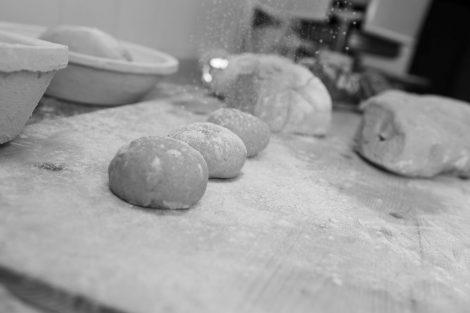 In der Backstube: Brötchen warten auf den Ofen