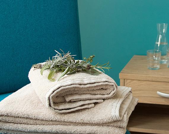 Aquablaue Töne erfrischen in den Familien-und Doppelzimmern der dritten Ebene des Landhotels