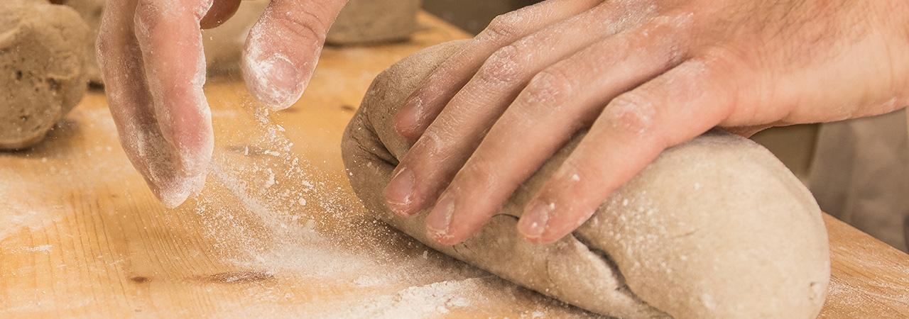 Vorsichtig aber kraftvoll wird das Brot geformt