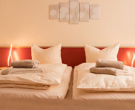 Gemütliche Doppelbetten warten auf Gäste