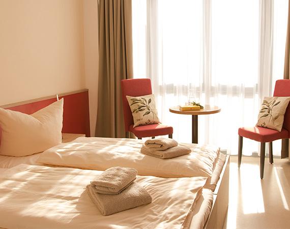 Ausreichend Platz für zwei Gäste im Doppelzimmer des Landhotel Kräuterberg'l Kreischa