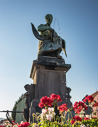 """Der """"Gänselieselbrunnen"""", das Wahrzeichen Kreischas am Haußmannplatz"""
