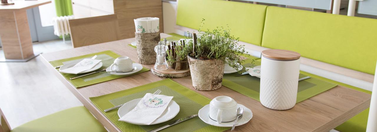 Gemütliche Sitzgruppen wie auch kleinere Essplätze stehen den Gästen des Landhotels zur Auswahl